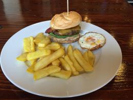Domácí hamburger, steakové hranolky
