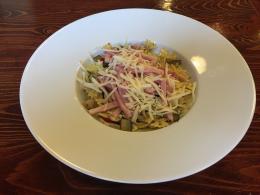Těstovinový salát s grilovanou zeleninou, tousty
