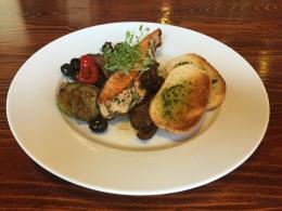 Steak z lososa, grilovaná zelenina s píniovým olejem