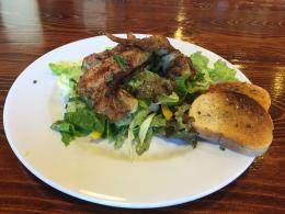 Grilovaná kuřecí křidýlka s trhaným salátem, bageta