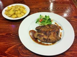 220. 400g Vepřový steak z krkovice Big , 317. 150g Restované brambory s cibulkou