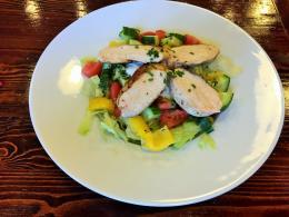 260. 300g Zeleninový salát s kuřecím masem